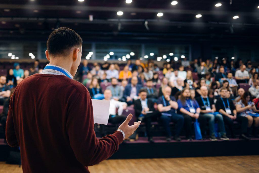 ーチング英会話トライズ:英語での学会発表は間の取り方が重要!自信を持つための練習法とは?