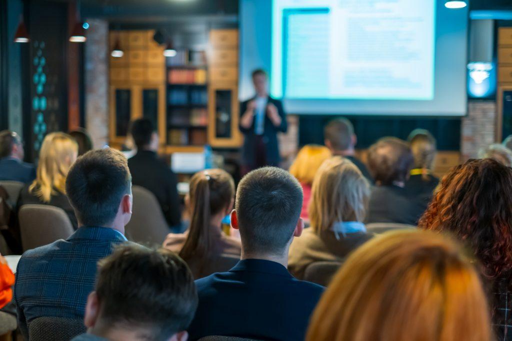 コーチング英会話トライズ:英語での学会発表は間の取り方が重要!自信を持つための練習法とは?